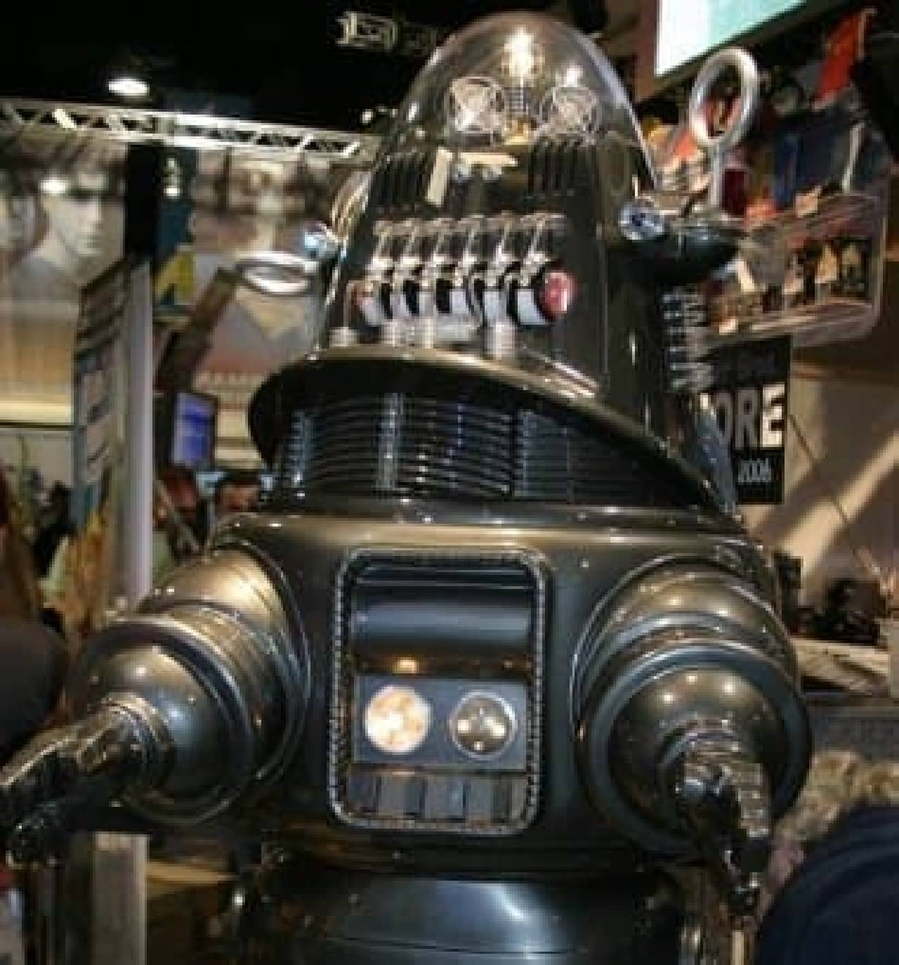 参考画像:『禁断の惑星』に登場する「Robby the Robot」 (Crystal Pyramid ProductionsのPatty Mooney 氏が2006年のSan Diego Comic Conで撮影)