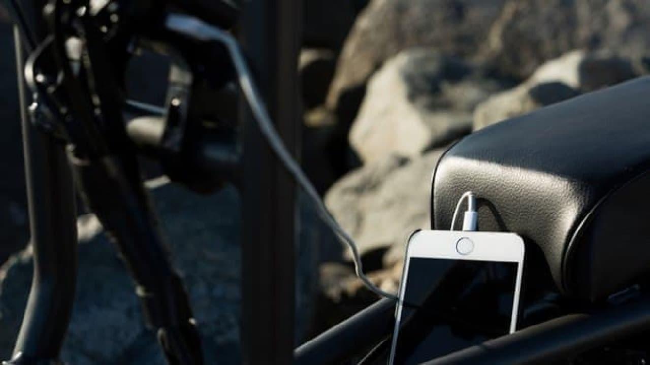 「The Super 73」に搭載された21世紀技術の例、スマートフォン充電機能