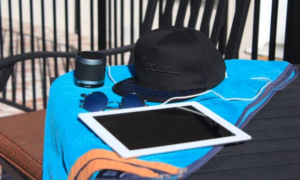 「SolSol」でタブレットを充電する例