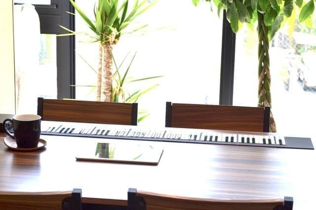 テーブルに乗ったBluetooth鍵盤