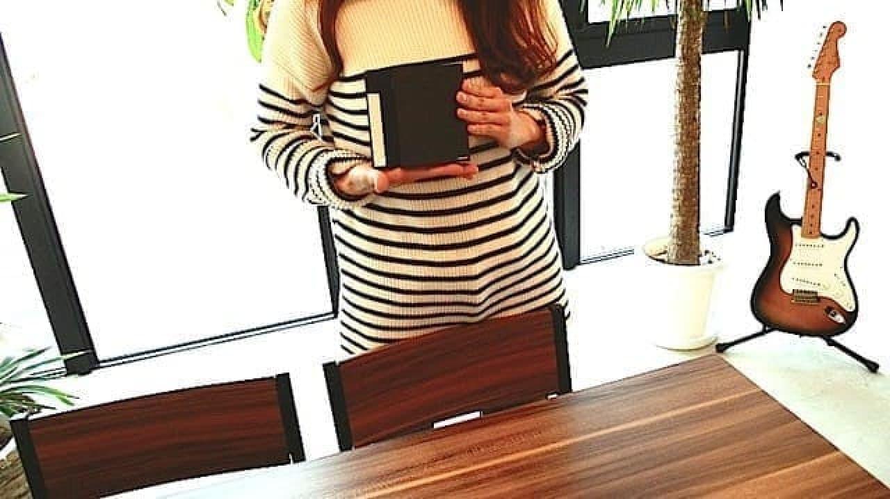 大人の紙鍵盤を持つ女性