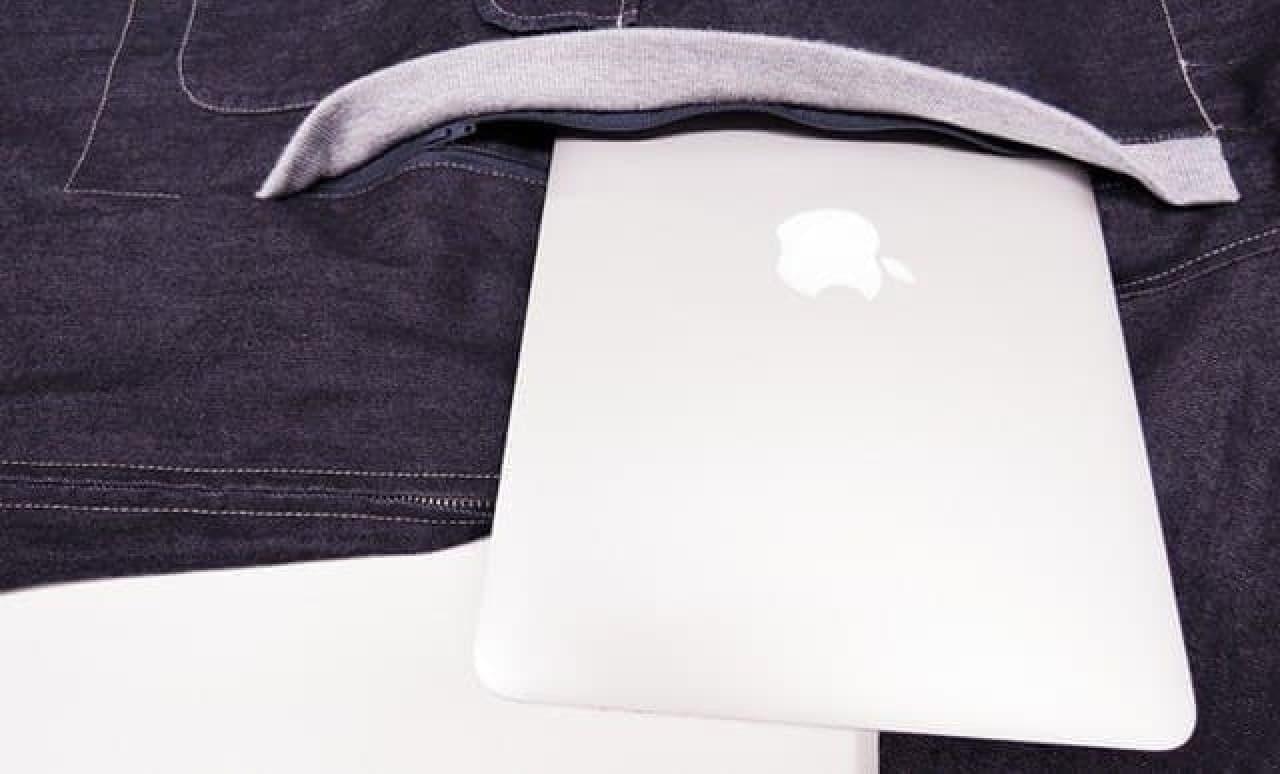 ノートPCが入るポケットが付きのパーカー「パッカブル」