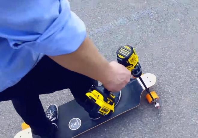 ドリルで走行する電動スケートボード