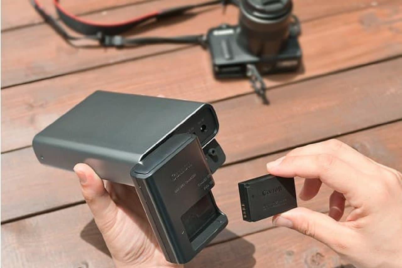 デジタルカメラを充電するモバイルバッテリー