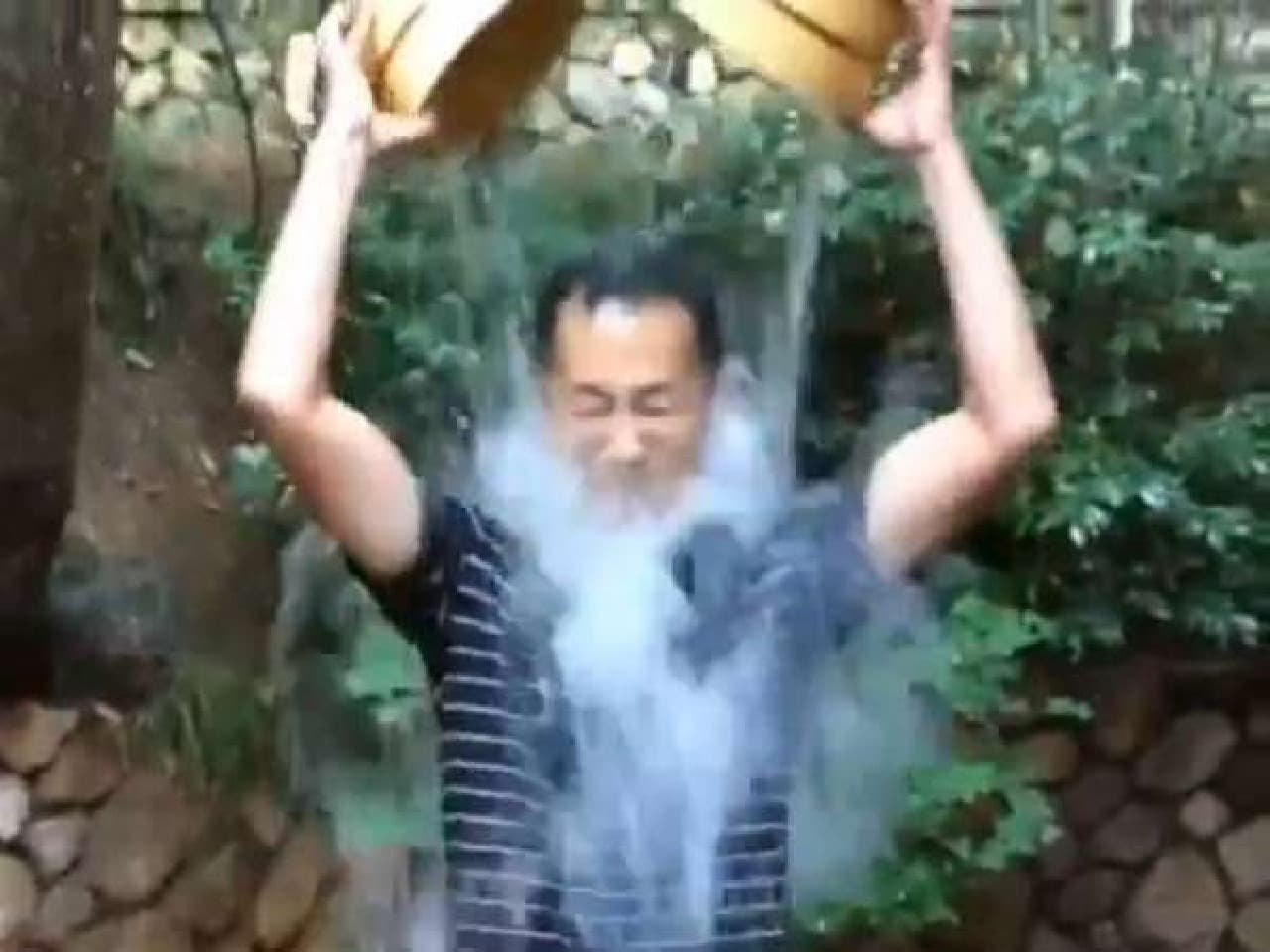 氷水をかぶる山中伸弥教授