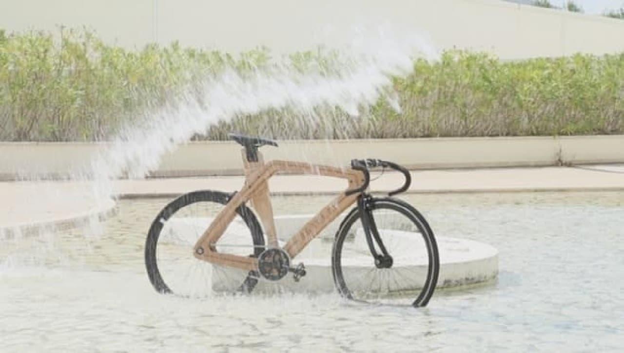 防水加工された木製フレームの自転車「8.5 TELAI」