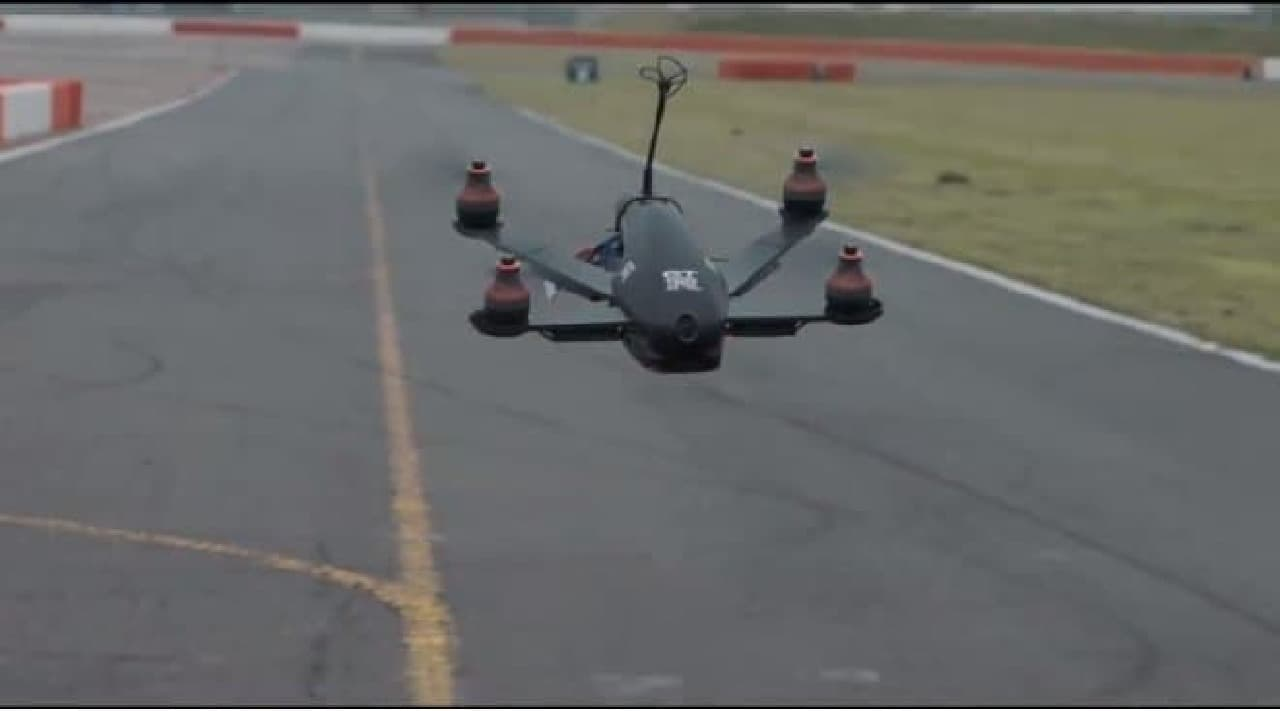 GT-Rドローンの飛翔するようす