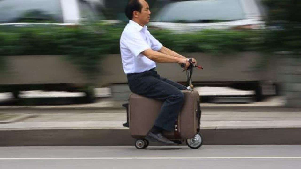 中国湖南省の賀亮才さんが10年かけて発明した「電動スーツケース」