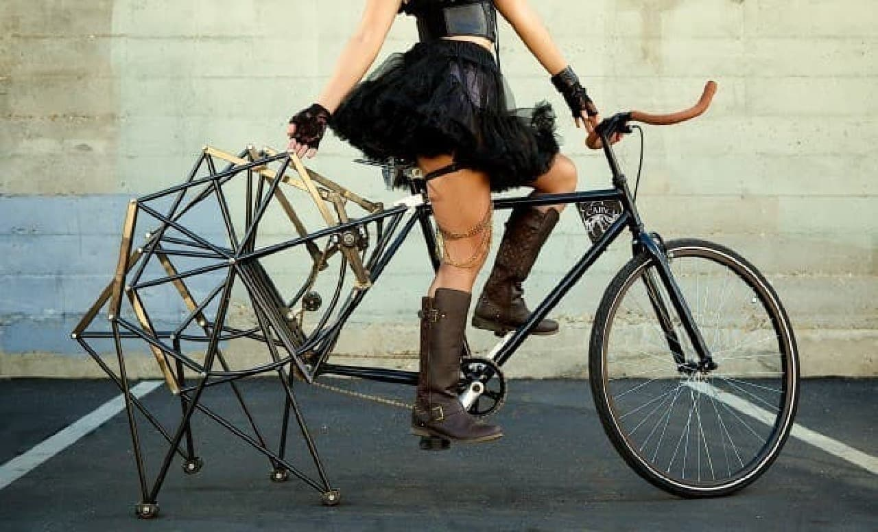 """タイヤのかわりに""""足""""が取り付けられた「Walking Bike」"""