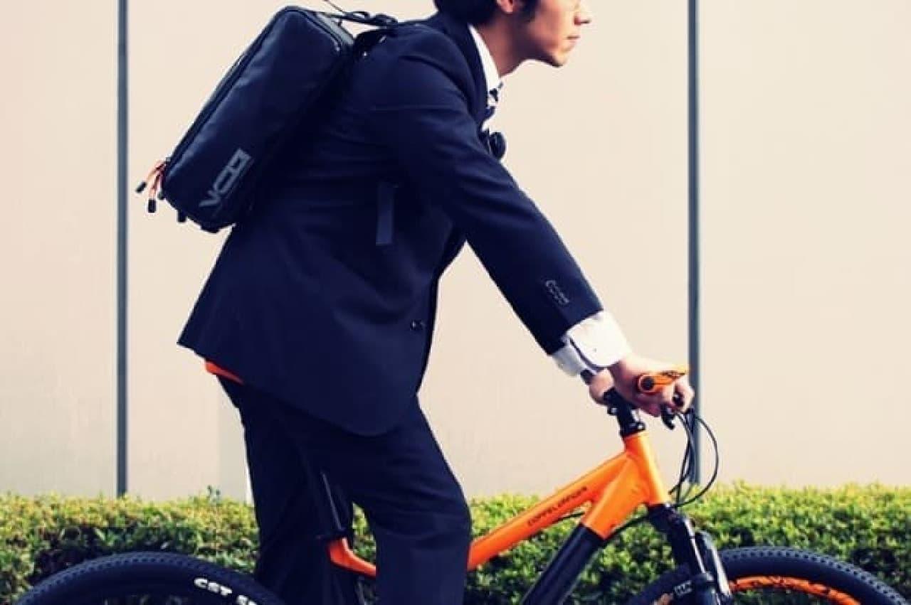自転車通勤者向けのバックパック「ヴァリアブルキャパシティバックパック」