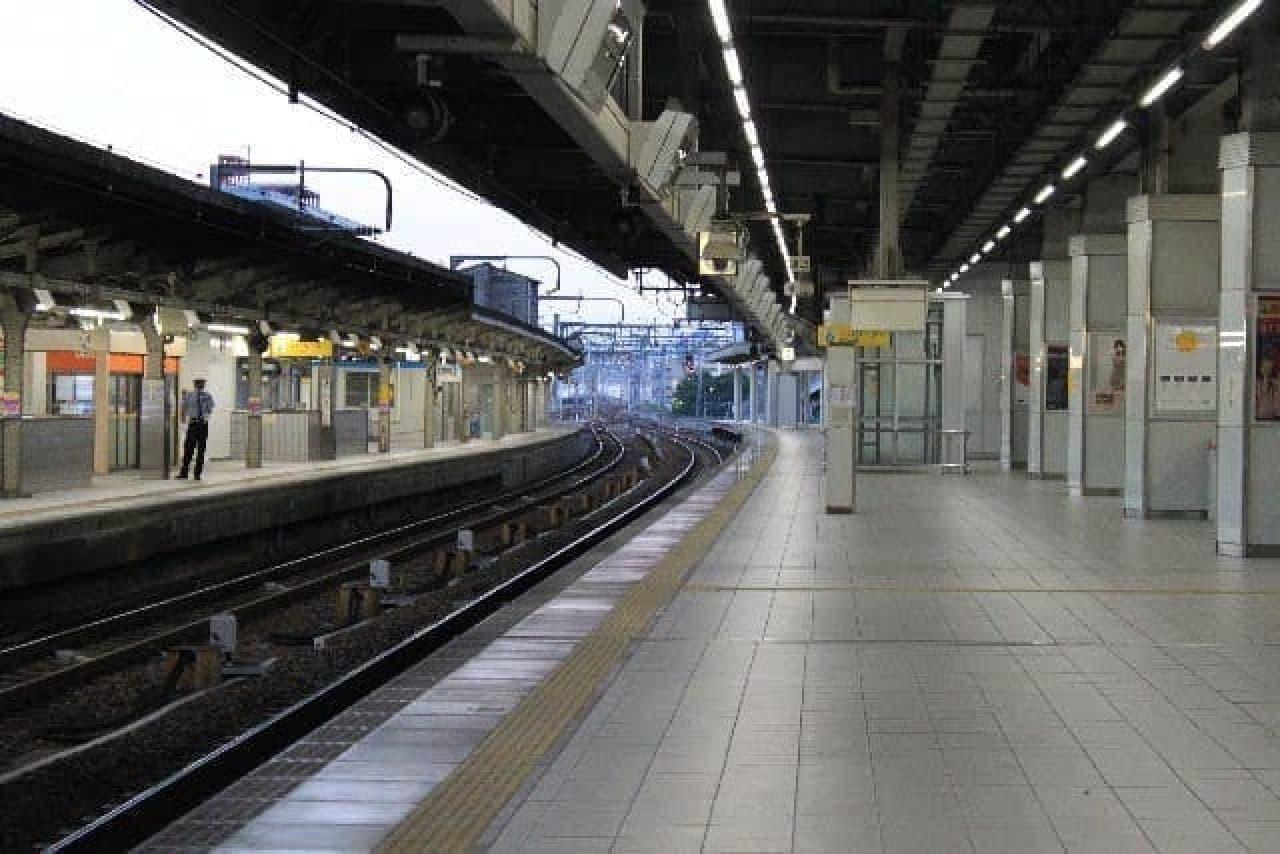 鉄道駅と線路の写真