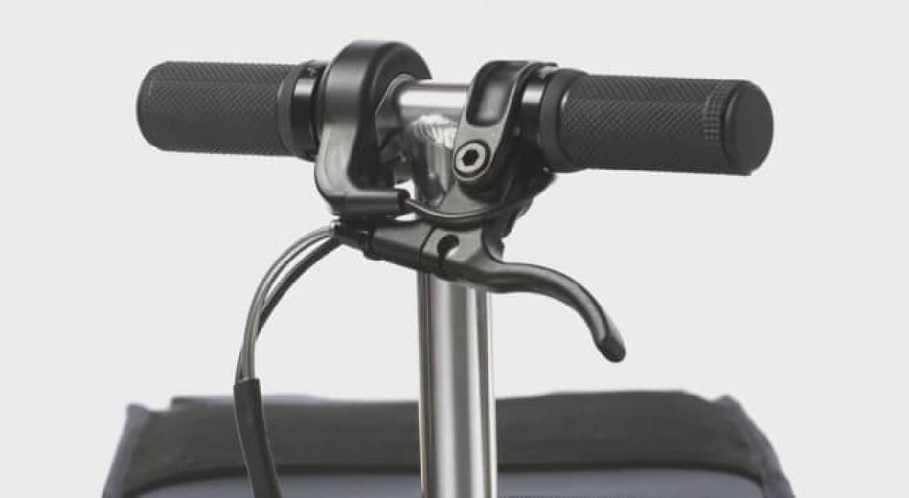 スーツケース型の電動バイク「Modobag」スロットル付きハンドル