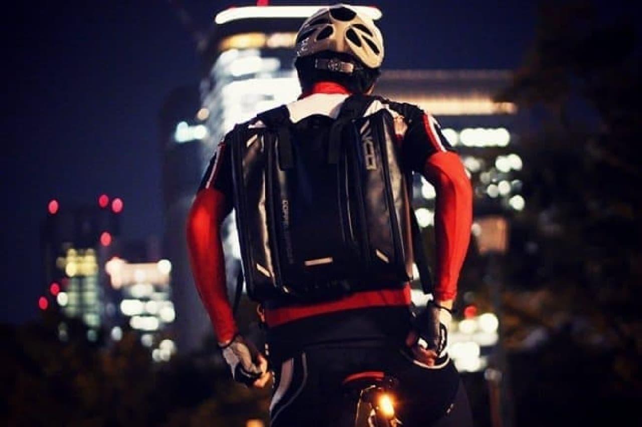 自転車通勤者による「ヴァリアブルキャパシティバックパック」使用例