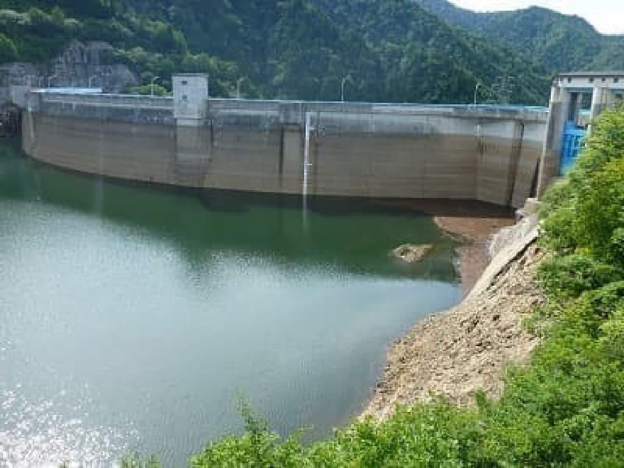渇水の矢木沢ダム