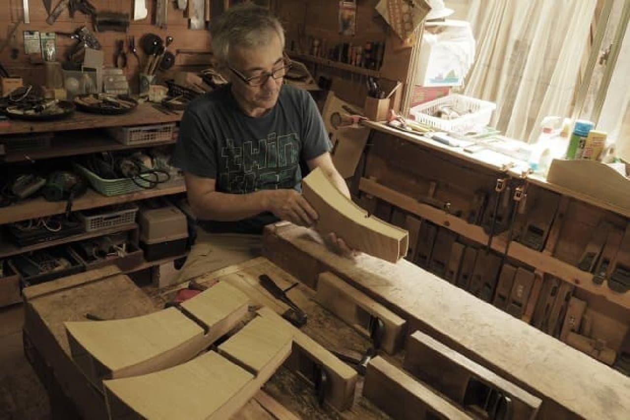 スピーカーボックスを作る男性