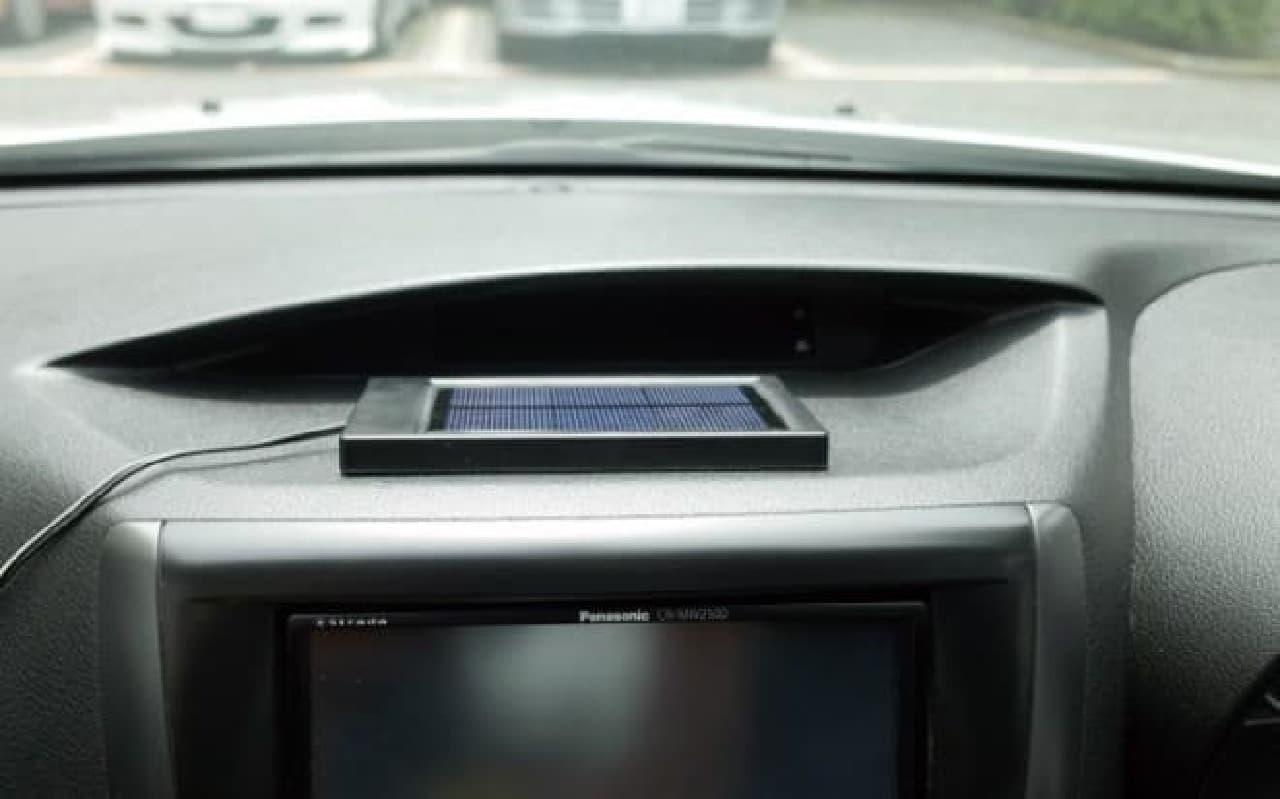 ダッシュボードに置いたソーラーパネル