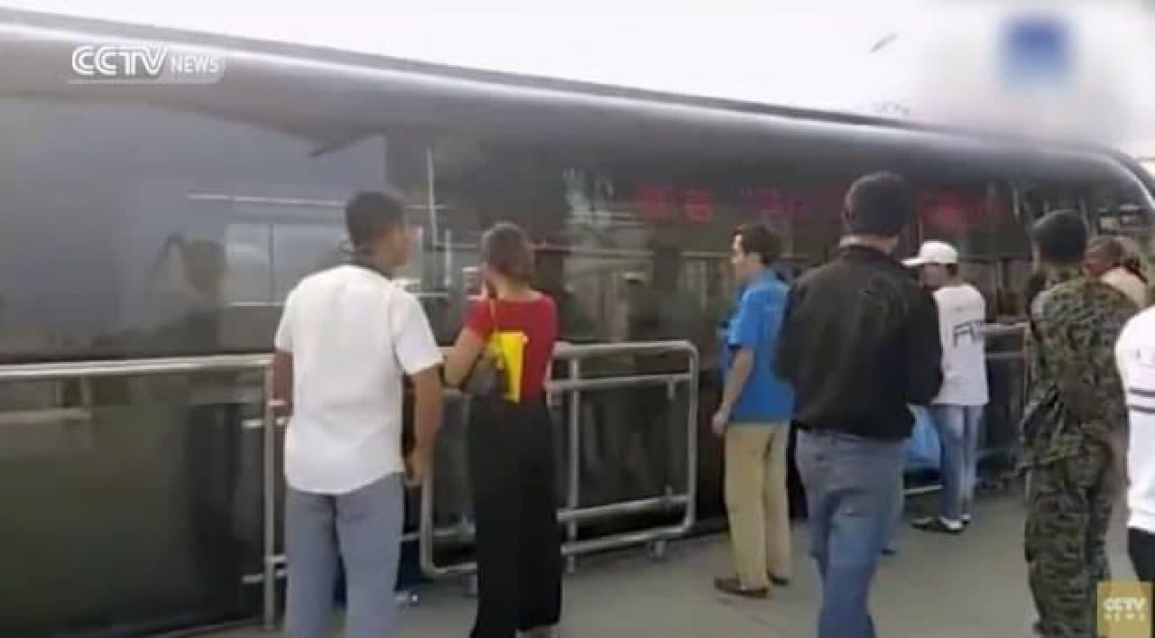 クルマをまたいで走るバス「TEB-1」の試験走行開始