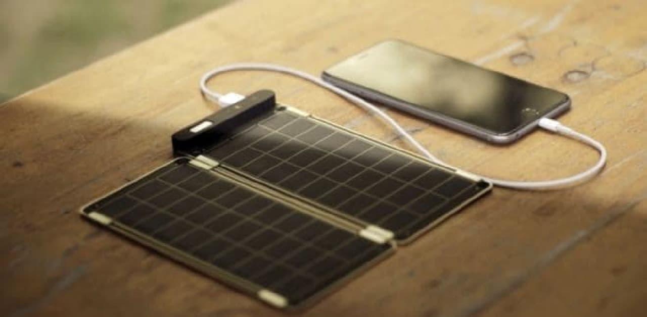 ソーラー充電器とスマートフォン