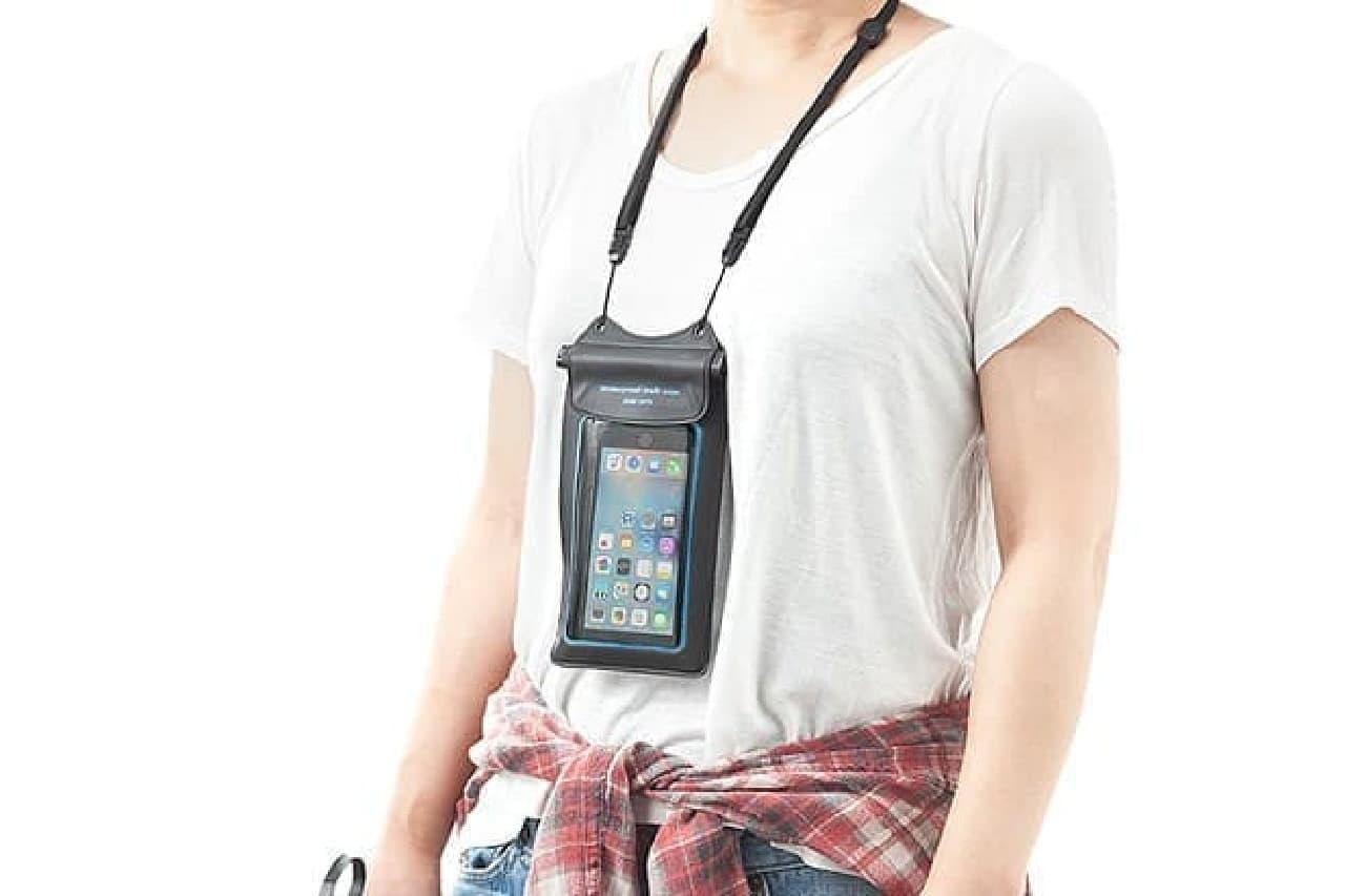 防水iPhoneケースを首に下げたところ