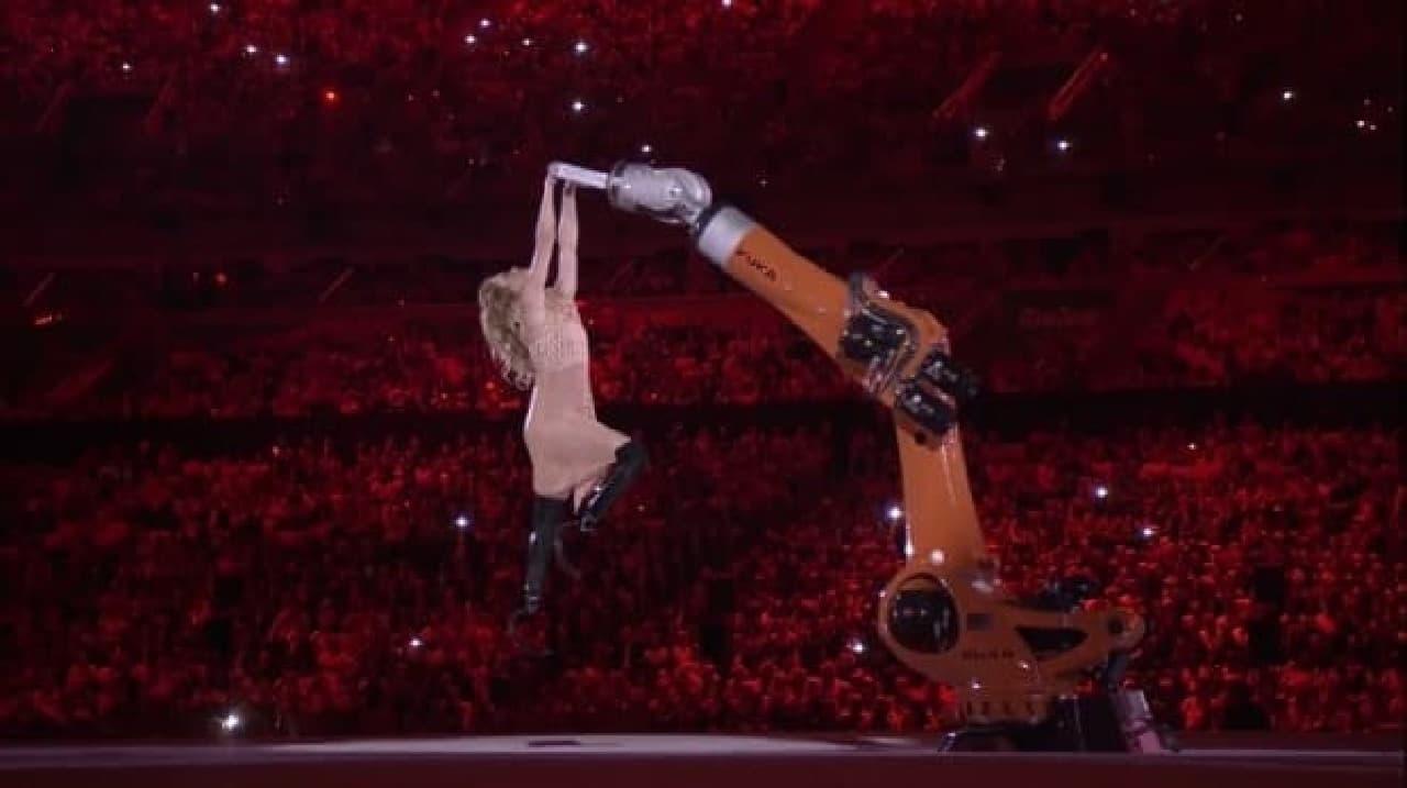 ロボットと踊る義足の女性アスリート