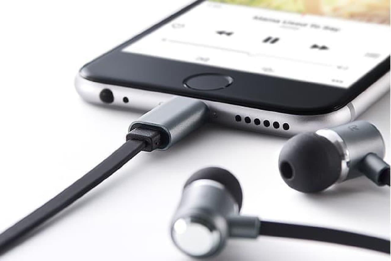 iPhoneのLightningコネクターにつながるイヤホン