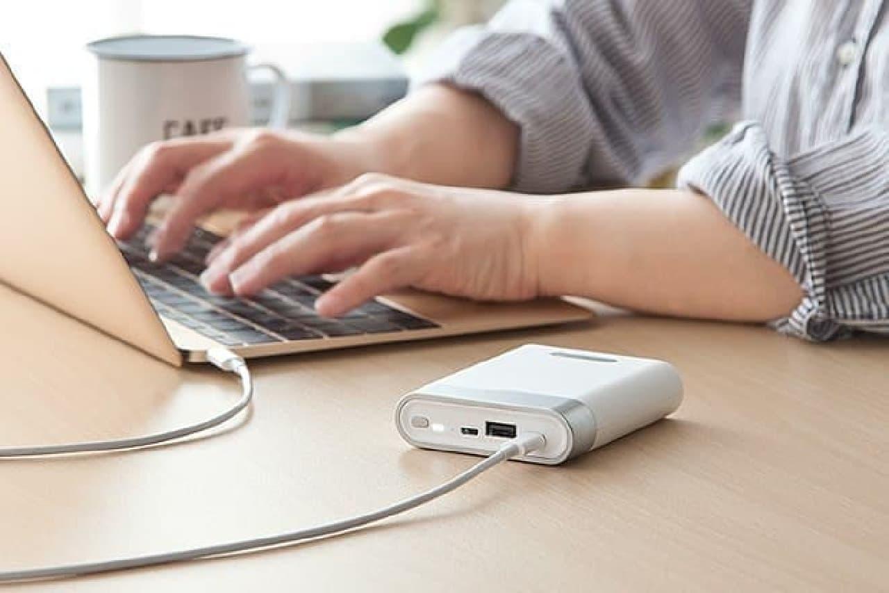 MacBookを充電しているモバイルバッテリー