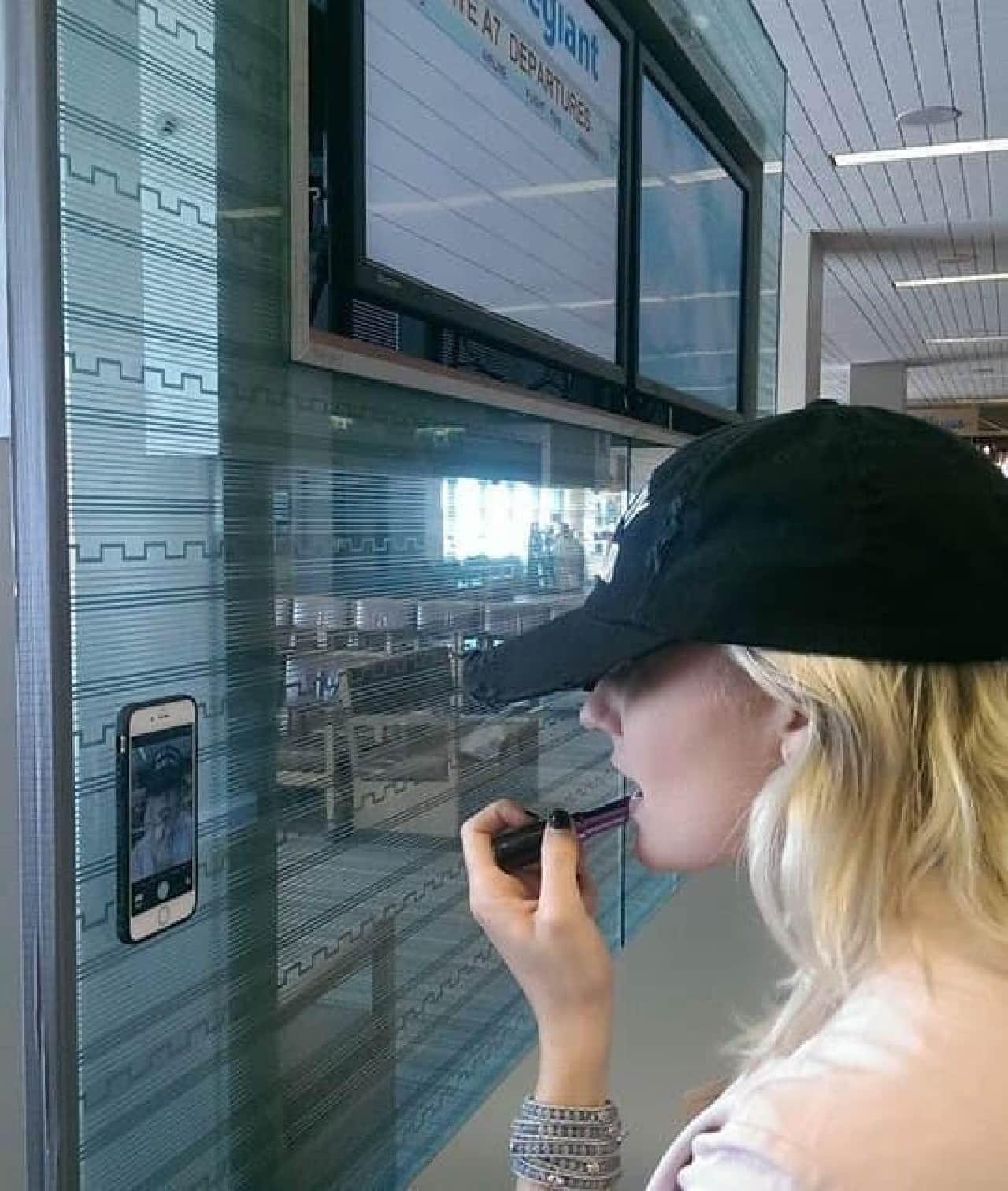 窓に貼り付くiPhoneケース「MEGAVERSE」