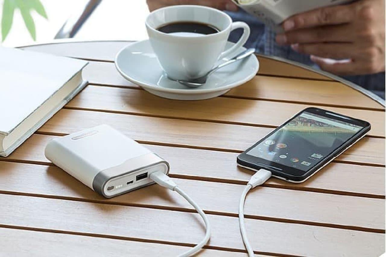 スマートフォンに充電しているモバイルバッテリー