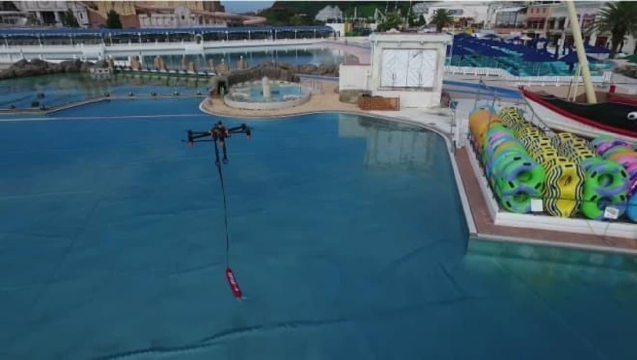 水の上に救命具を置くドローン