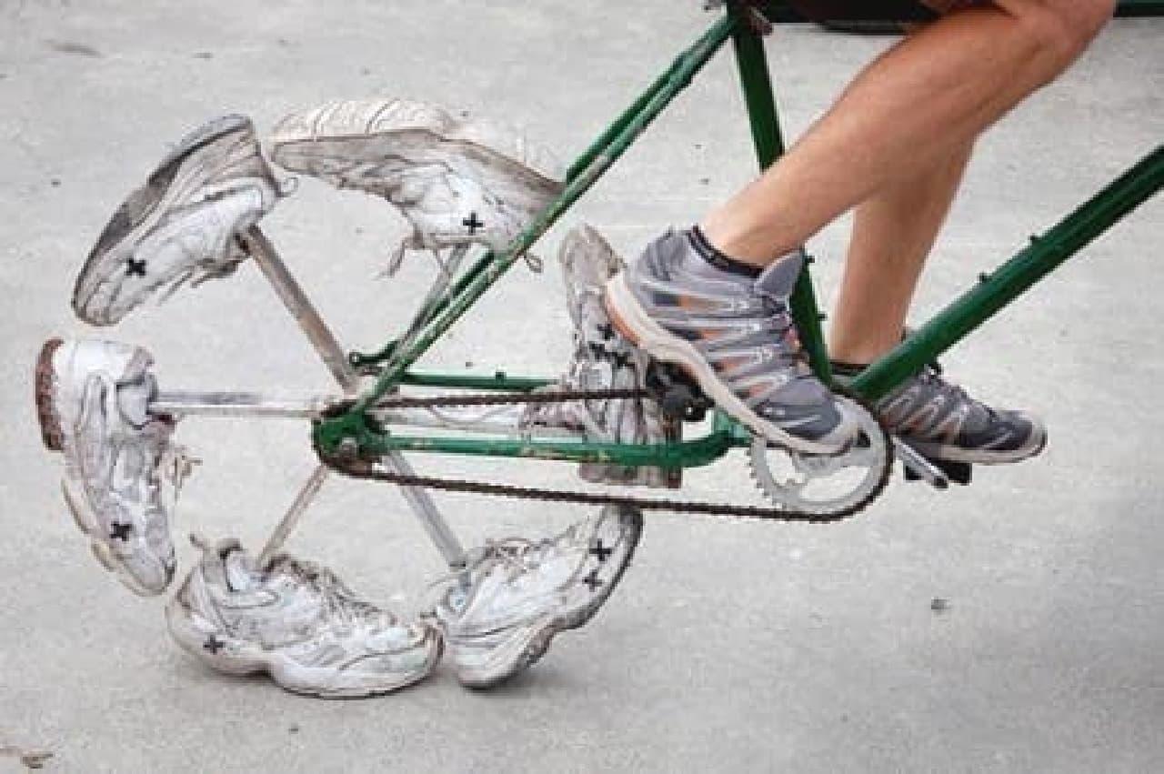 履き古したスニーカーをタイヤの代わりに使用した自転車