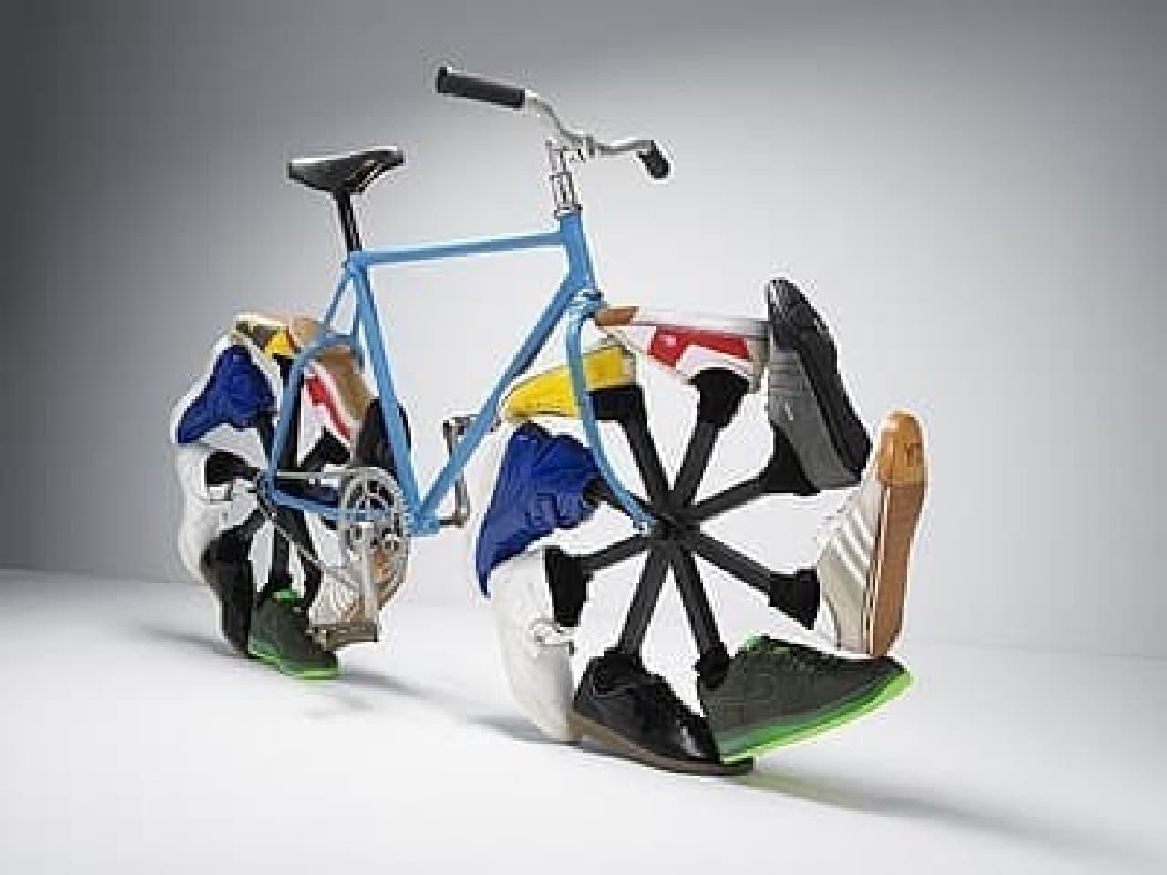 タイヤの代わりにスニーカーを履いたWalking bike(Max Knight氏制作)