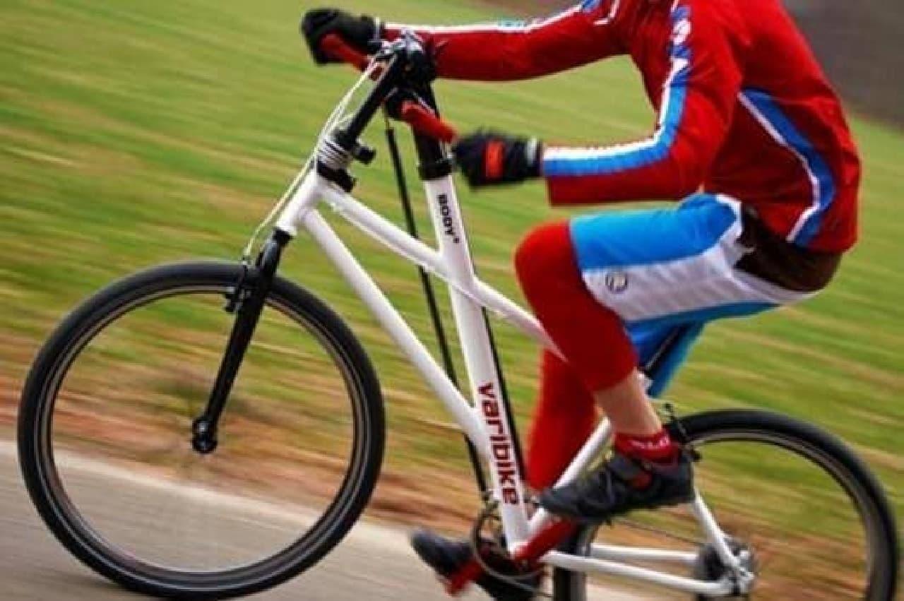 手でペダルを漕ぐ自転車「Varibike」