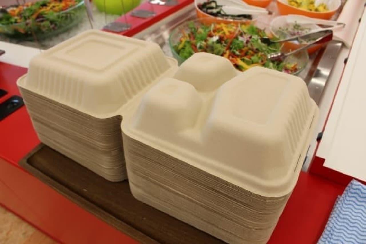 紙の食器を積み上げたところ