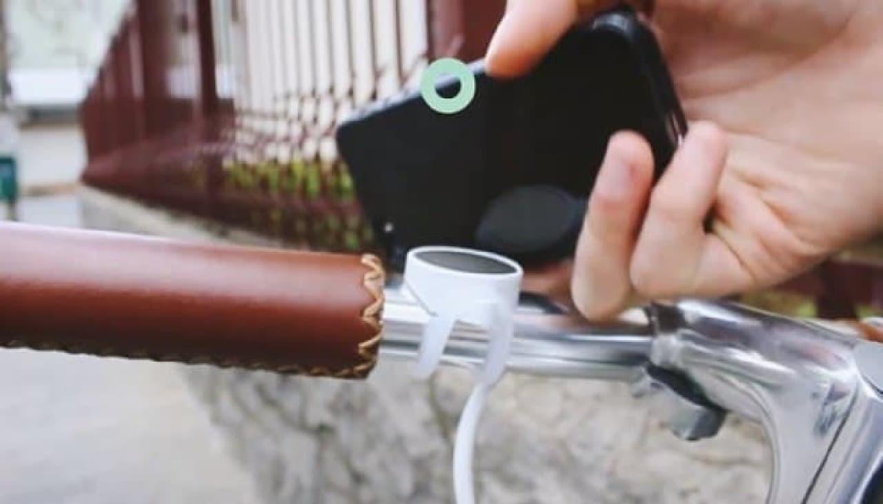 マグネットでスマートフォンを取り付ける自転車用ホルダー「Pully」
