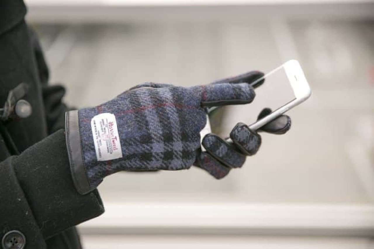 つけたままスマートフォンを操作できる手袋
