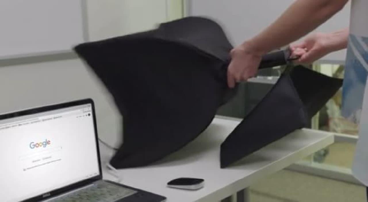 折り畳み傘みたいな大型ディスプレイ「SPUD」