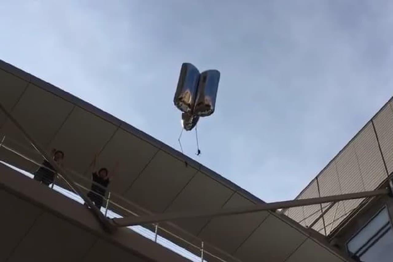 2階から飛び降りるロボット