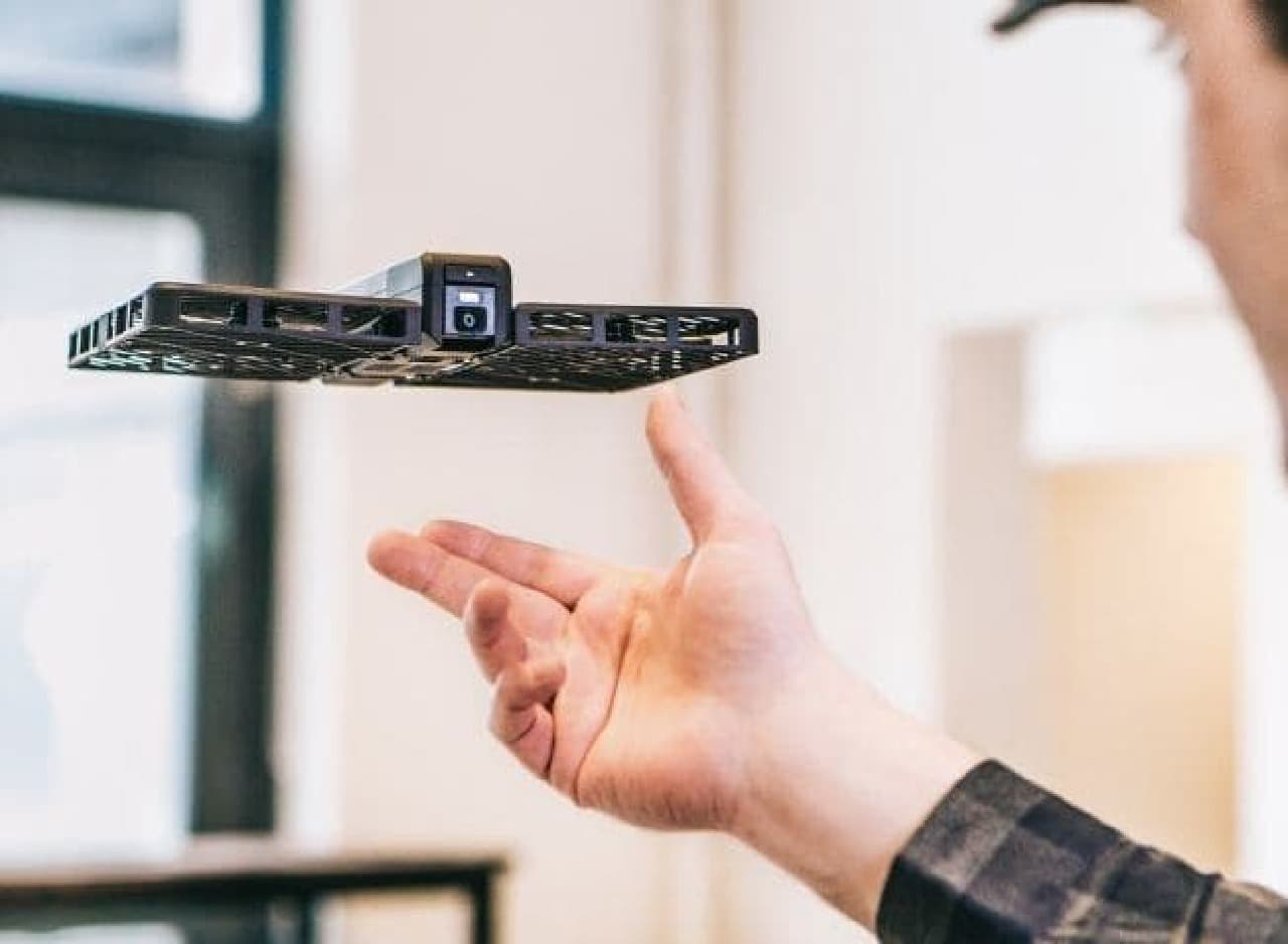 参考画像:ドローン技術を活用した空飛ぶカメラ「Hover Camera」