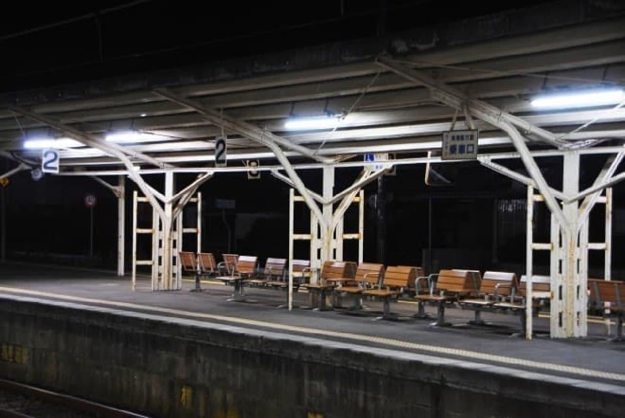 夜の駅ホームのイメージ画像