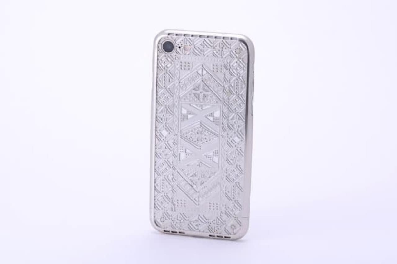 アフリカの伝統模様を彫り込んだiPhone 7ケース
