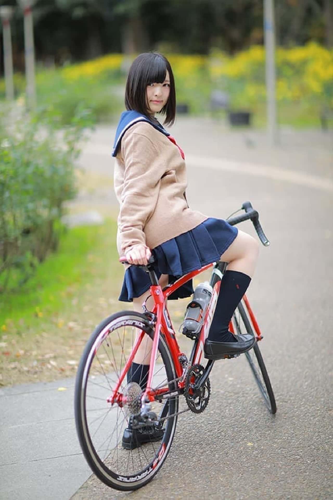 コスプレイヤー「肉球あやと」さんによる「ロードバイクと女子高生」