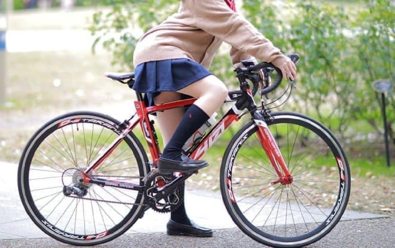 コスプレイヤー「肉球あやと」さんによる「ロードバイク女子高生」