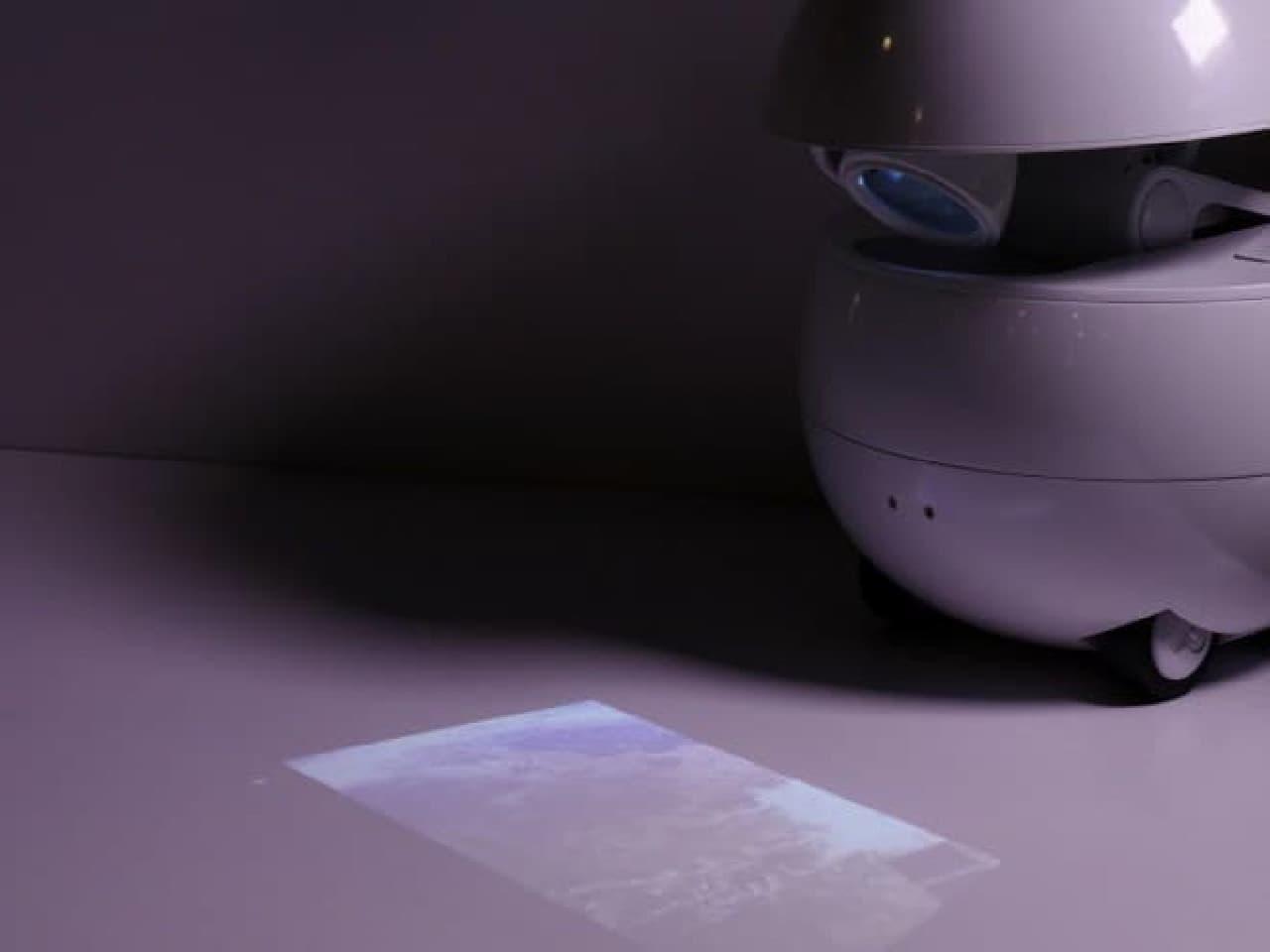 映像を投影するロボット