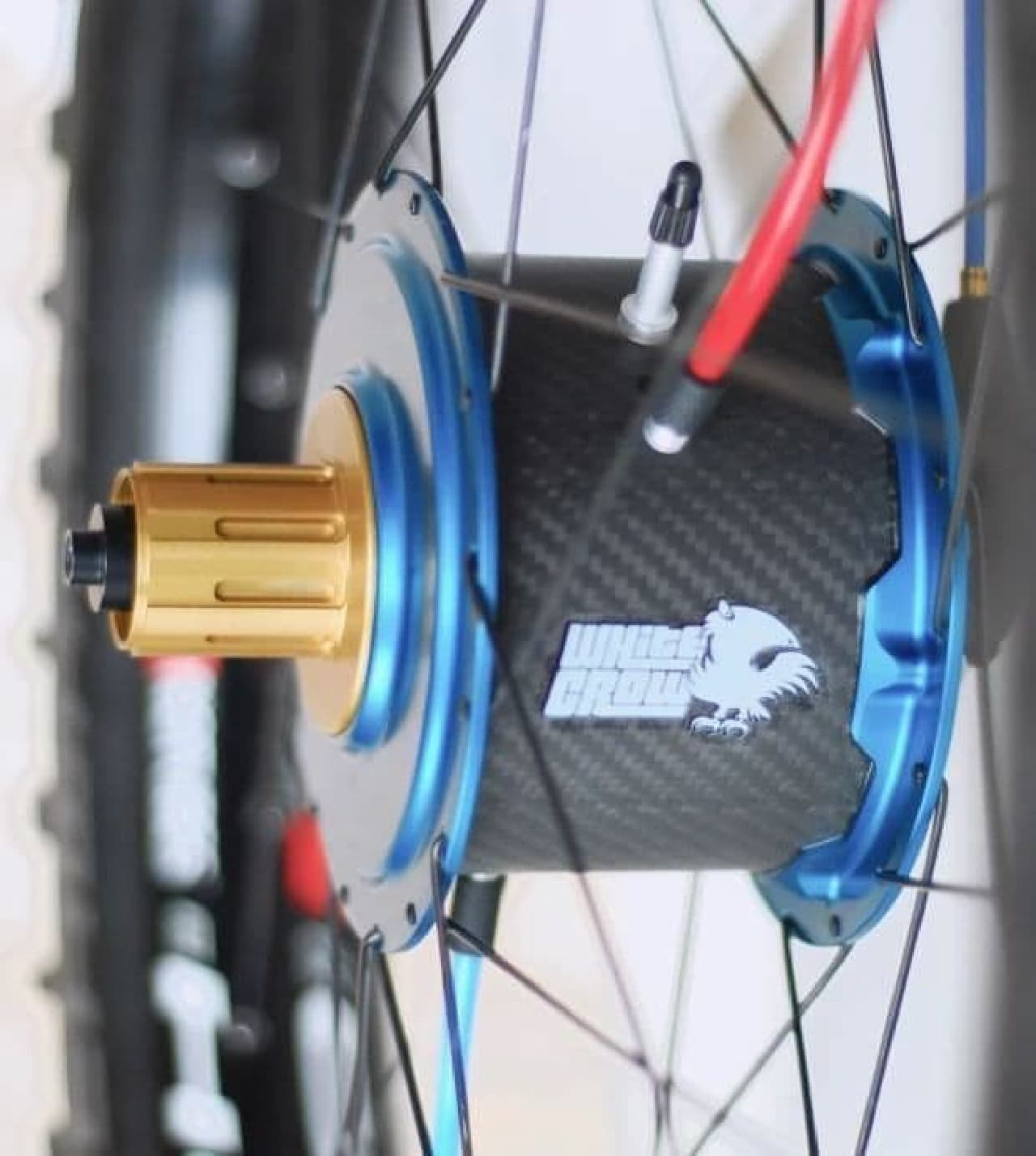 自転車のペダルを漕げば、タイヤの空気圧を調整できる「WhiteCrow Hub」
