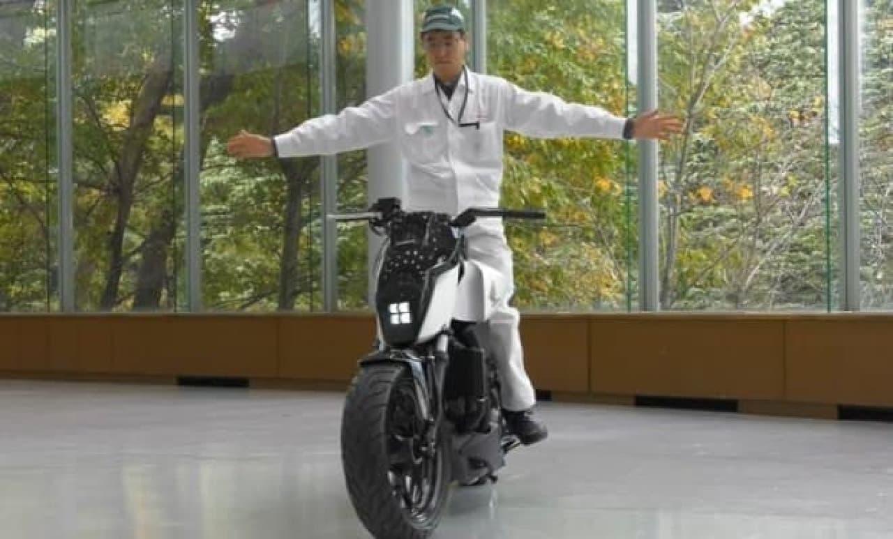 ホンダが、自立するバイク「Honda Riding Assist」を公開