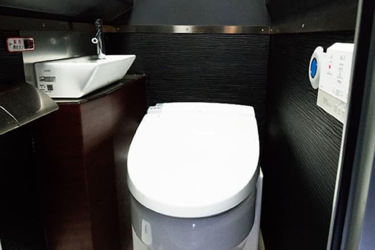 温水洗浄機能つきのトイレ