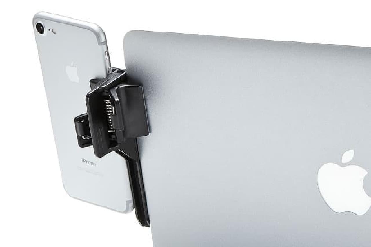 iPhoneをPCの横に固定