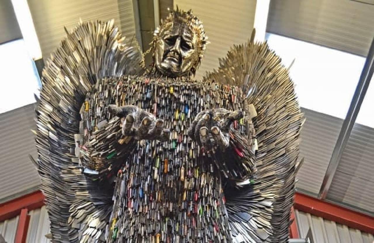 10万本のナイフでできた天使像