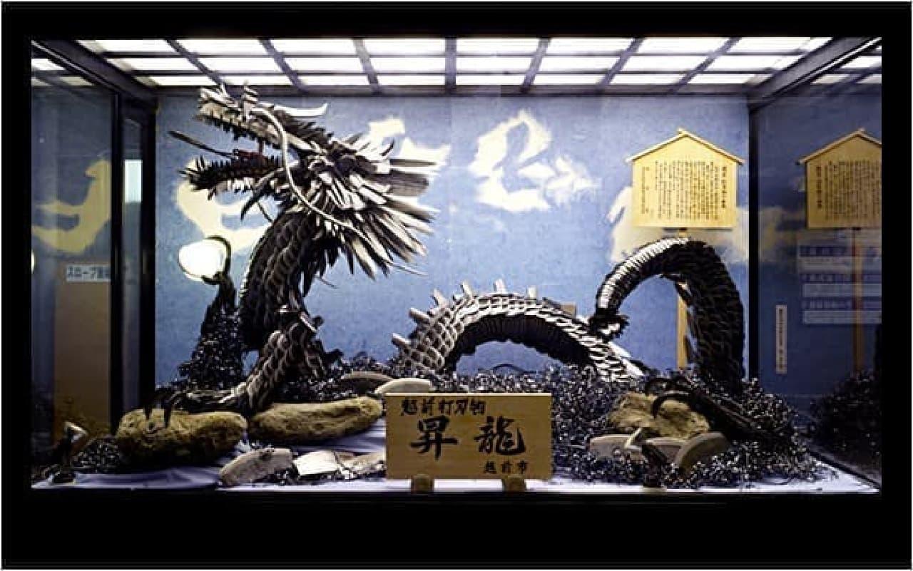 3000本の刃物でできた昇龍像