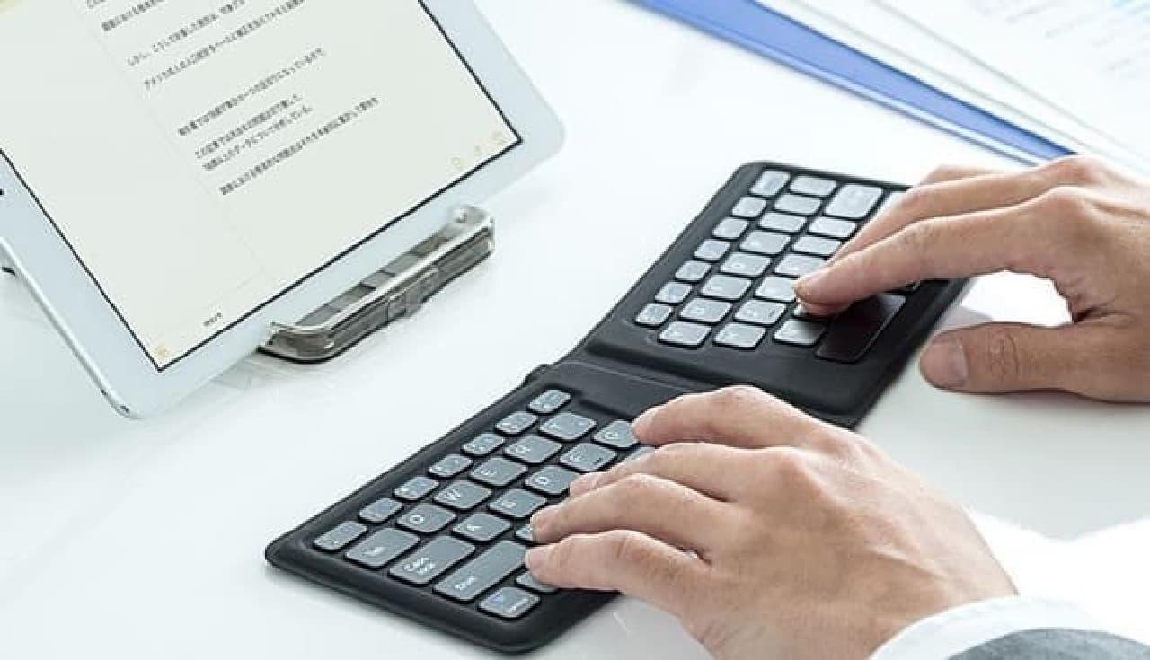 エルゴノミクスな折り畳みBluetoothキーボード「400-SKB051」
